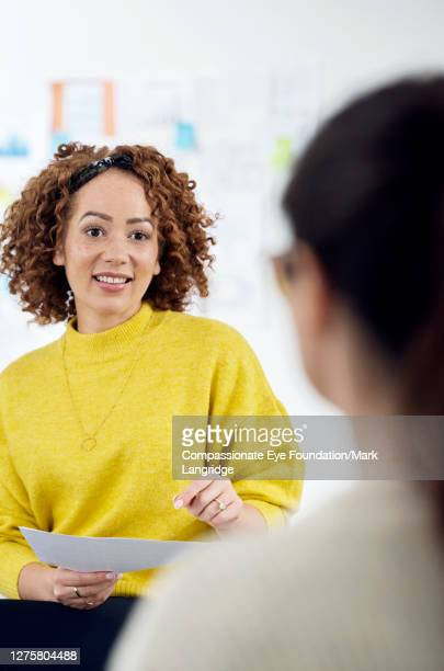 businesswoman leading team meeting - businesswear stock pictures, royalty-free photos & images