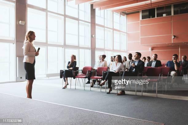 zakenvrouw lezingen op business conference - toneel stockfoto's en -beelden
