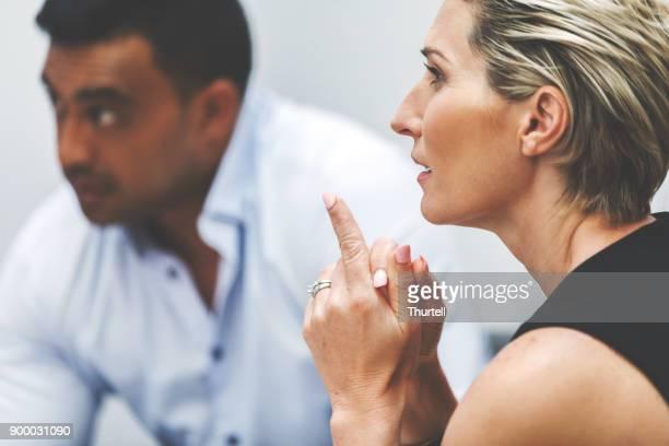 Femme d'affaires, à l'écoute au cours de la réunion