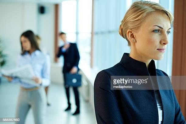 Geschäftsfrau schaut am Fenster