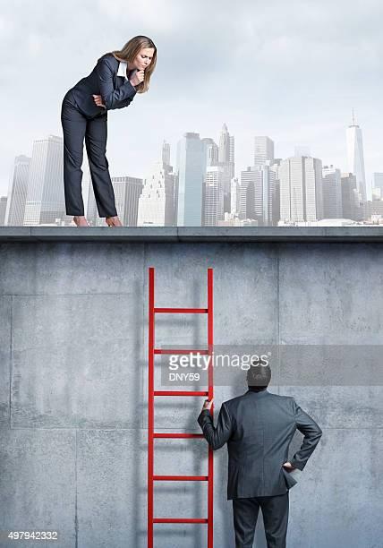 Geschäftsfrau Blick nach unten auf Geschäftsmann eine Leiter