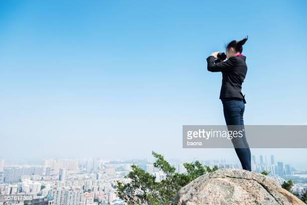 Geschäftsfrau sucht Landschaft mit Fernglas