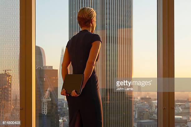 businesswoman looking to the future - weibliche führungskraft stock-fotos und bilder