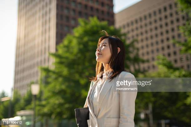 空を見上げている実業家 - 見つめる ストックフォトと画像