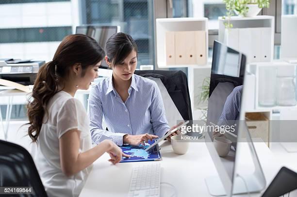女性実業家ことを確認する文書オフィスの