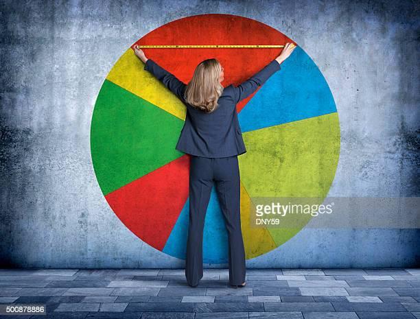 Mulher de negócios com a sua peça da Circular