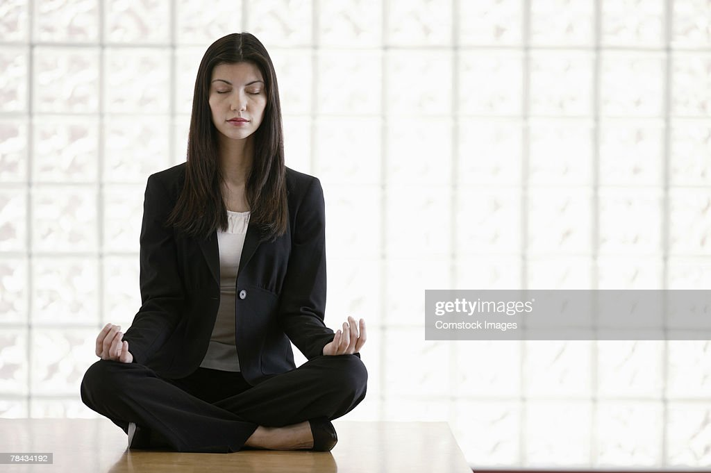 Businesswoman meditating : Stockfoto