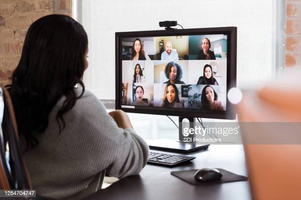 businesswoman meets with colleagues during virtual staff meeting - videoconferenza foto e immagini stock