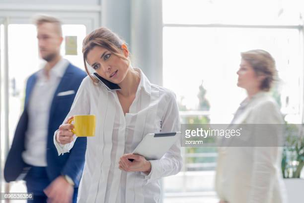 Zakenvrouw multi-tasking op mobiele telefoon