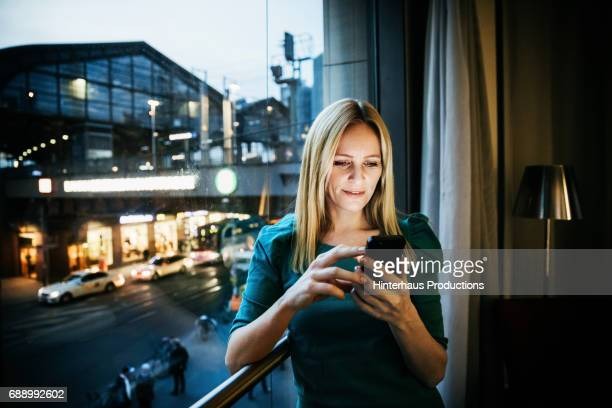 businesswoman networking using her smartphone - frau bluse durchsichtig stock-fotos und bilder