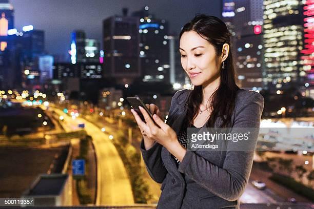 geschäftsfrau auf dach - china east asia stock-fotos und bilder