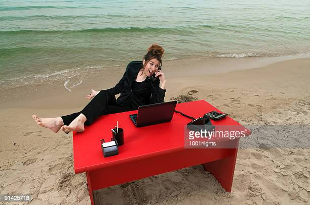 ビーチでのビジネスウーマン
