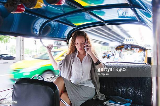Geschäftsfrau auf dem Sprung in den Straßen Bangkoks.