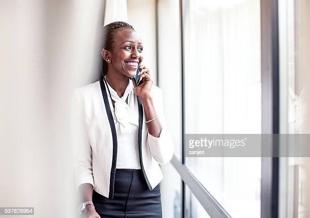 Geschäftsfrau am Telefon im Hotel Zimmer