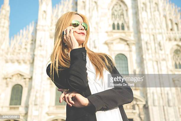 Empresaria en el teléfono-Catedral Duomo de Milán, Italia