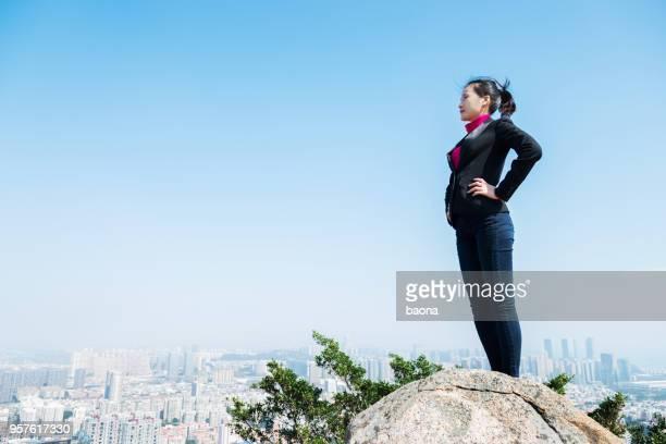 Geschäftsfrau oben auf dem Berg