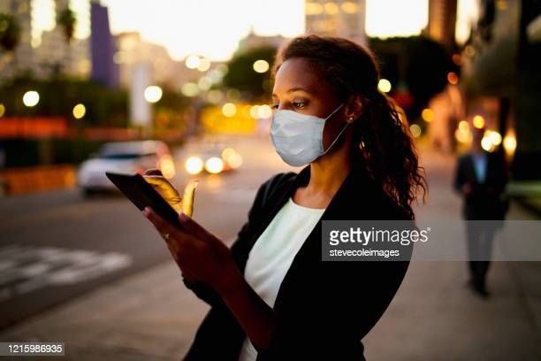 onderneemster in openlucht die gezondheidszorgmasker draagt. - zakenreis stockfoto's en -beelden