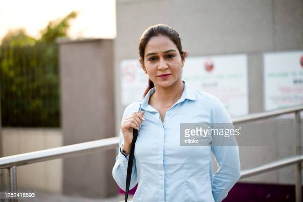 businesswoman outside office - mid adult women stock pictures, royalty-free photos & images