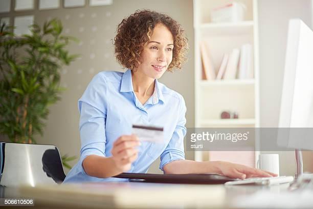 Donna d'affari di pagamento online