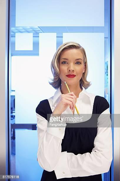 mujer de negocios  - vestido azul fotografías e imágenes de stock