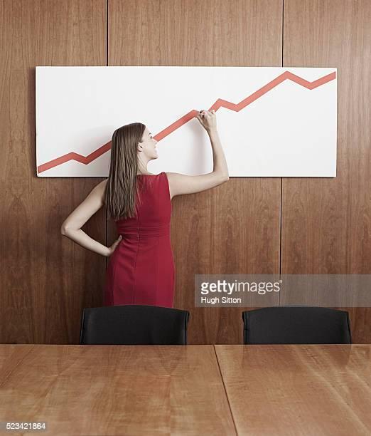 businesswoman plotting graph in boardroom - hugh sitton 個照片及圖片檔