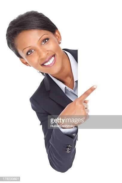 Geschäftsfrau zeigt auf leere Plakat.