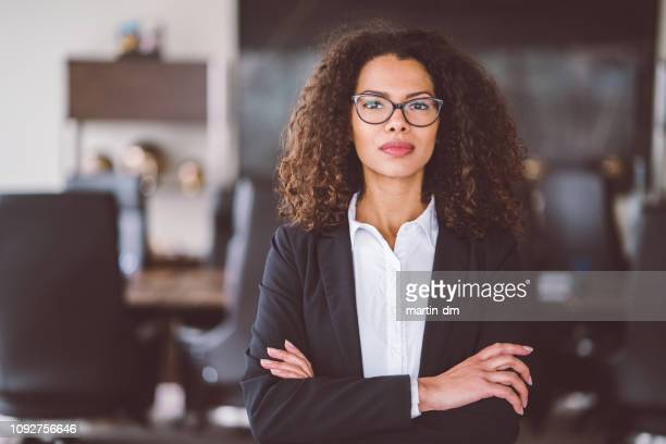 portrait de femme d'affaires - justice photos et images de collection