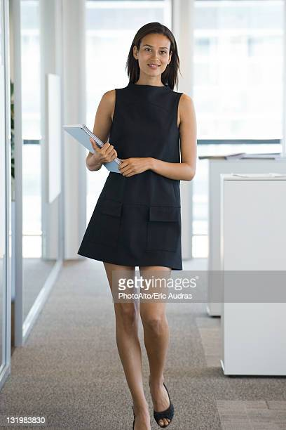 businesswoman, portrait - minirok stockfoto's en -beelden