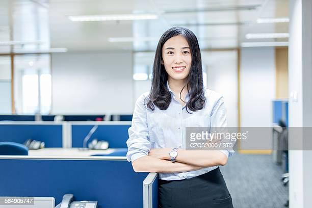 businesswoman portrait - 袖を折った袖まくり ストックフォトと画像