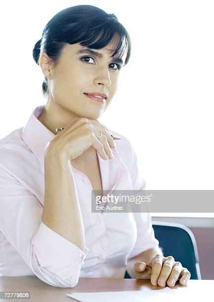 businesswoman, portrait - 顎に手をやる ストックフォトと画像