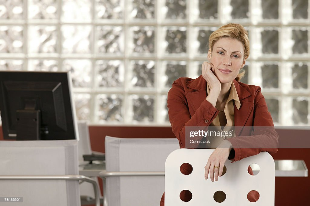 Businesswoman posing at workplace : Stockfoto