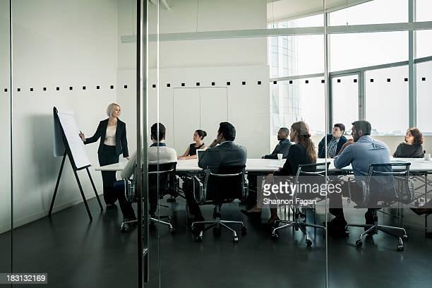 businesswoman presenting in front of a group - congresso organizações imagens e fotografias de stock