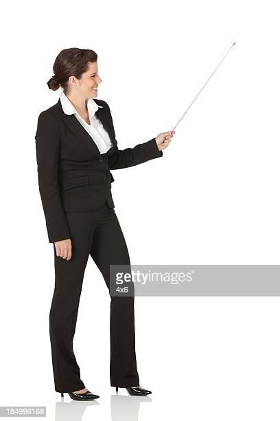 Businesswoman presenting con un puntero
