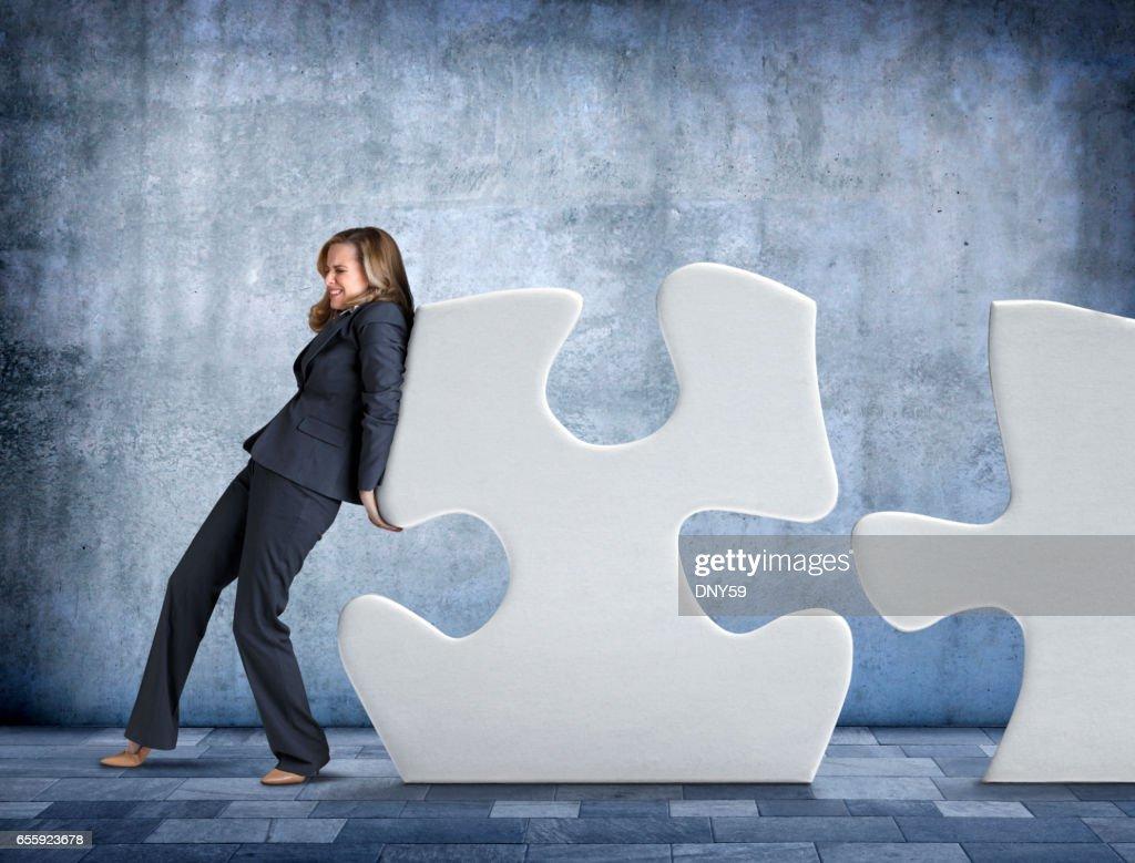 実業家は、パズルのピースを押す : ストックフォト