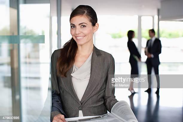 Geschäftsfrau lesen Zeitung in der lobby