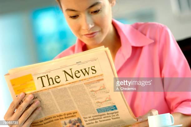 businesswoman reading newspaper - escrita ocidental - fotografias e filmes do acervo