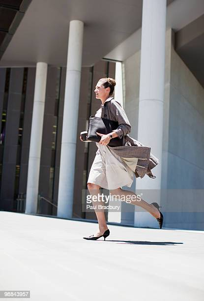Empresaria correr al aire libre