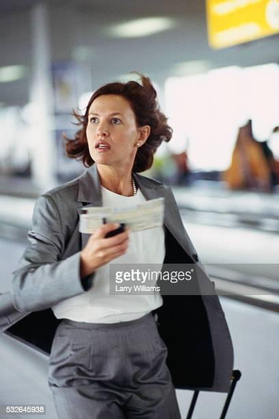 businesswoman running to catch plane - woman hurry stockfoto's en -beelden