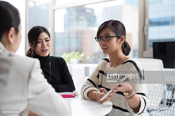 Femme d'affaires dire ses idées tout en affichant votre tablette