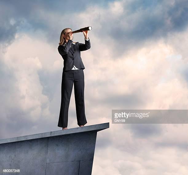 Empresária procurar através do Telescópio pequeno no topo de edifício