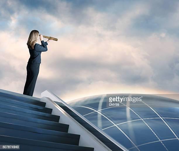 Empresária procurar através do Telescópio pequeno