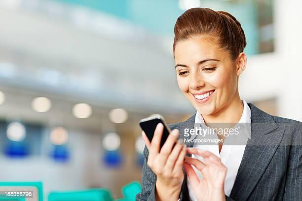 ビジネスウーマンのテキストメッセージ送信