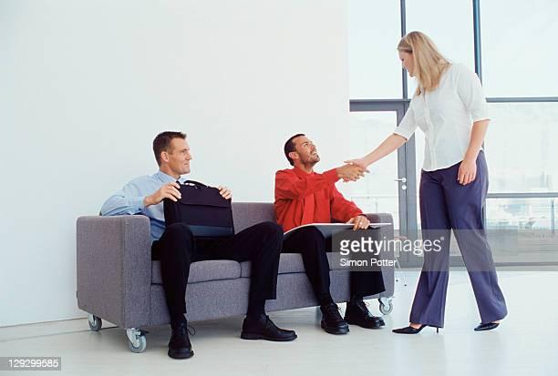 Empresária agitando colleagueãƒâ  mão