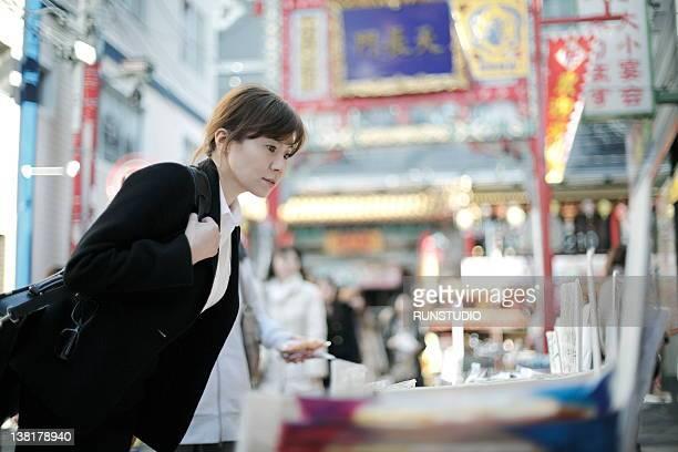 businesswoman shopping in chinatown - 中華街 ストックフォトと画像