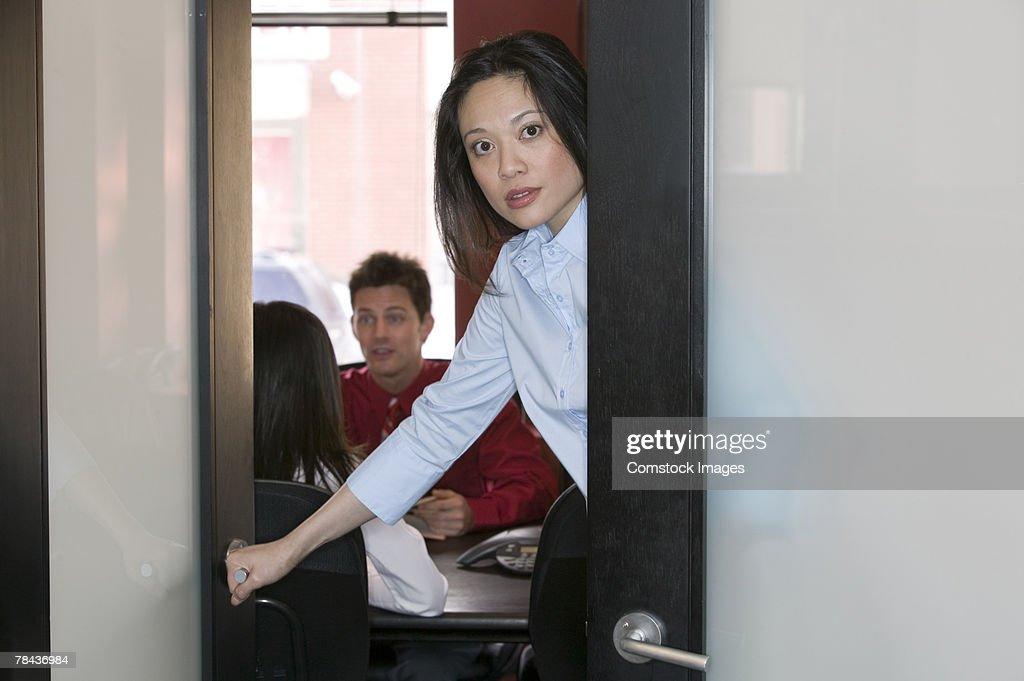 Businesswoman shutting office door : Stockfoto
