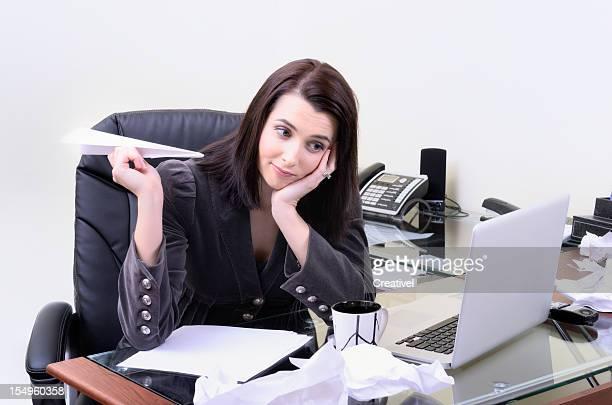 Donna d'affari seduto alla scrivania con piano di carta