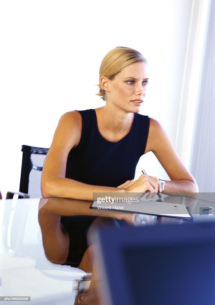 Businesswoman sitting at desk : Stockfoto