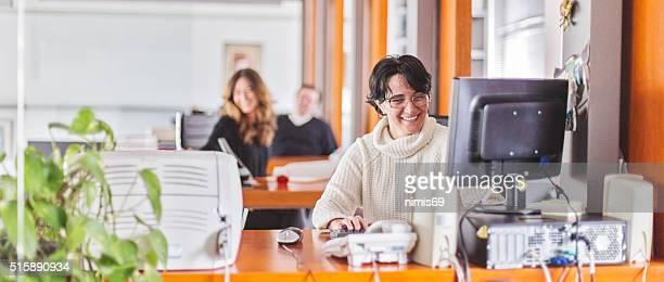 Femme d'affaires assis à son bureau dans un bureau