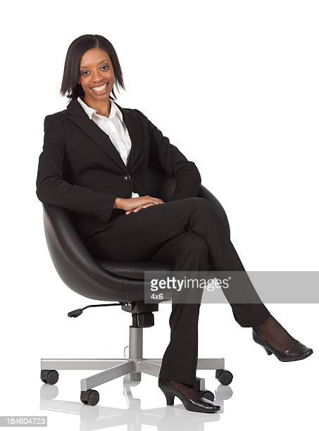ビジネスウーマンの椅子に座る