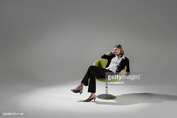 businesswoman sitting in chair - cadeira - fotografias e filmes do acervo